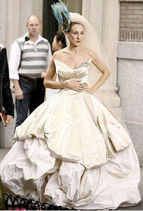 Сара Джессика Паркер в роли Керри Брэдшоу примеряет и демонстрирует такое множество свадебных платьев от знаменитых дизайнеров, что трудно осознать всю