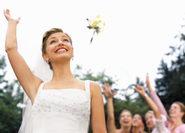 Можно ли на свадьбе кидать свой букет